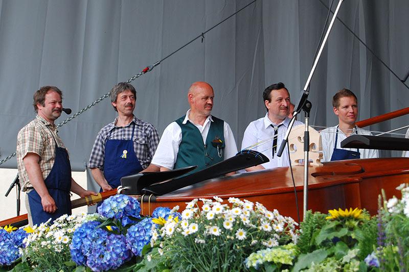 Präsentation der Riesengeige zum 650 jährigen Stadtfest in Markneukirchen mit Tischlermeister Hermann Ratz